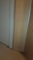 ドアが半分に折れ限られた移動スペースが広がります
