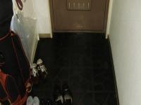 こちらが玄関リフォーム前。とっても暗い色合いでした。。