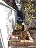植栽を撤去し、まずは図面どおりの位置決めからスタート。