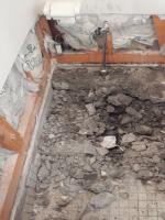 まずは設備機器を撤去し、ひたすら床のコンクリートを破つってい