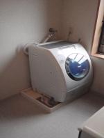 リフォーム前の洗濯機向き、開くと洗面台にあたってしまい使いづ