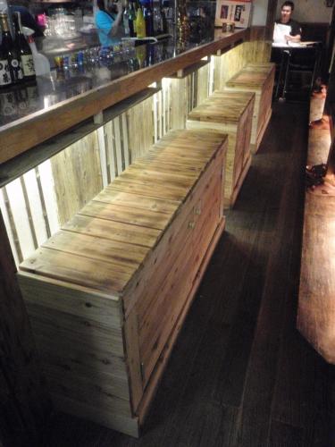 座るとほのかに檜の香り、リラックスできるベンチが出来上がりま