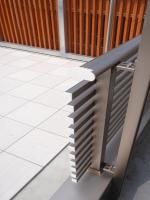 既存のバルコニー柵をカットし、通用口を設けます。