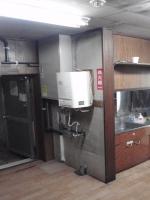 古いキッチンと、リフォーム前の室内型ガス給湯器。