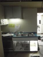 新しくしたキッチンの下で、配管をつないでいきます。