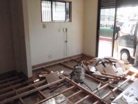 仕上げのフローリングを撤去し、床の根太組も撤去します。