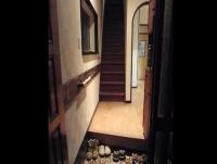 リフォーム後の玄関部。壁面を補強し、手摺を一本お付けしました