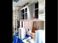 厨房機器の大物を中に入れ、養生しながら内装下地を作ります