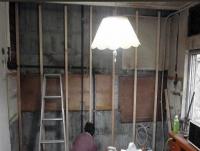立派な赤松の野縁を使い、キッチン壁の下地を製作
