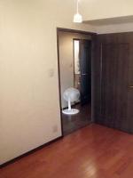 廊下部分は貼り替えないので、ドア下でコーキング
