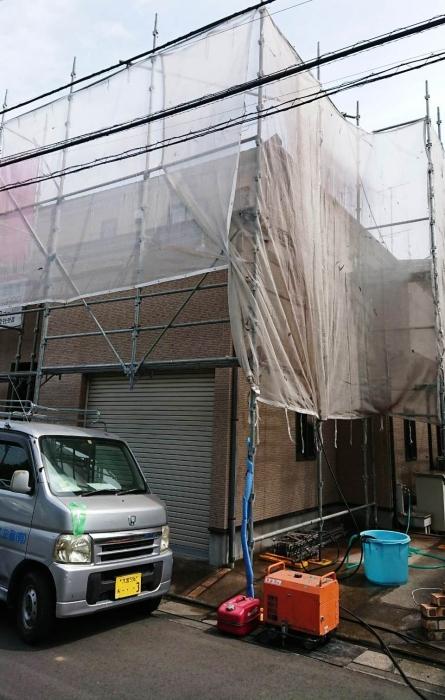 高圧洗浄作業で外壁の汚れを落とします